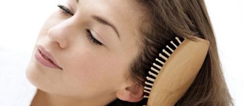 una chica cepillandose el cabello