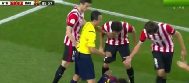 Jugadores del ATH increpando a Neymar 2015