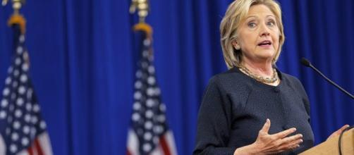 Hillary Clinton frente a cinco candidatos mas