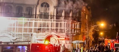Imagem da embaixada durante o incêndio.
