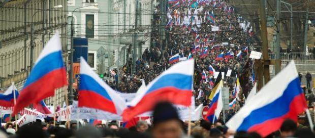 Milhares pró-Rússia manifestam-se na Crimeia