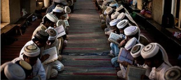 Musulmani assorti in preghiera