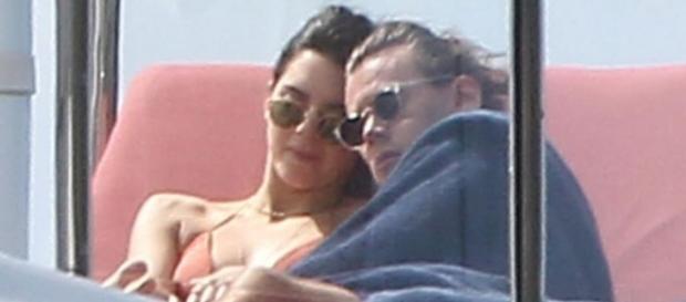 O casal está se divertindo muito em um iate