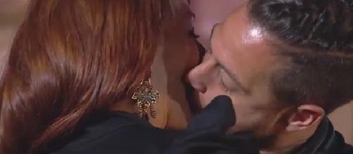 pasional beso entre Ingrid Pascual