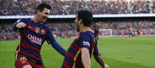 Suárez y Messi celebrando uno de los goles