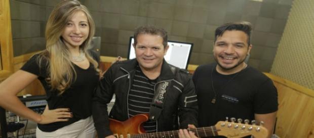 Novos cantores da XCalypso ao lado de Ximbinha