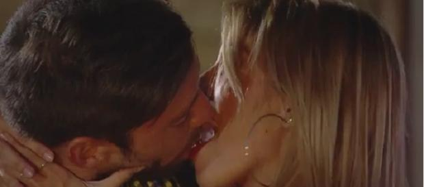 Oriana se besa apasionadamente con Luis