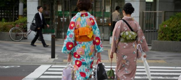 Ciudadanos y turistas visten kimono