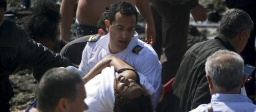 Os gregos socorrem refugiados sírios naufragados