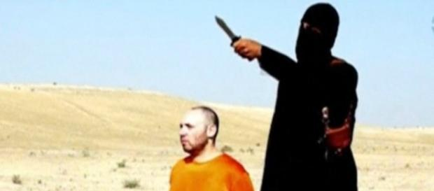 Il boia dell'Isis prima di un'esecuzione.