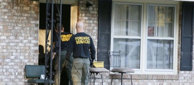 La policia entrendo en la casa de Ladson.