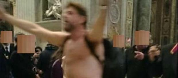 Un uomo entra nudo nella basilica di San Pietro