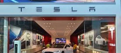 Capannone della Tesla (Wikimedia)