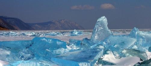 Il ghiaccio turchese del lago Baikal, Siberia.