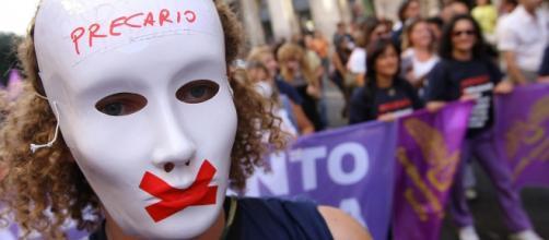 precario con maschera durante manifestazione