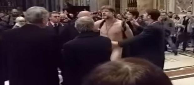 Brasileiro nu invade a Basílica de São Pedro