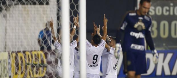Jogadores do Santos festejando gol em Prass