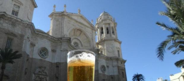 "La cattedrale di Cadice, insieme ad una ""cerveza""."
