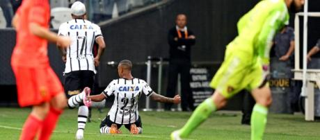Alegria do jogador comemorando um gol