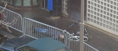 El cuerpo abatido en la entrada de la comisaría