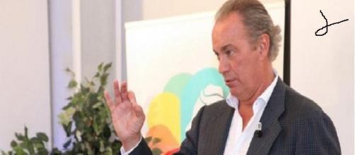 Foto de Bertín en la tertulia debate organizada.