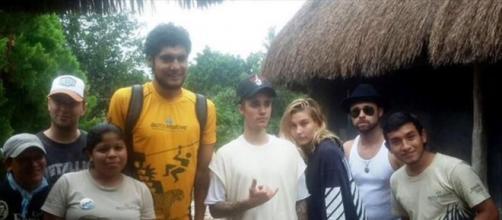 Justin y su nueva novia posando con fans Mexicanos