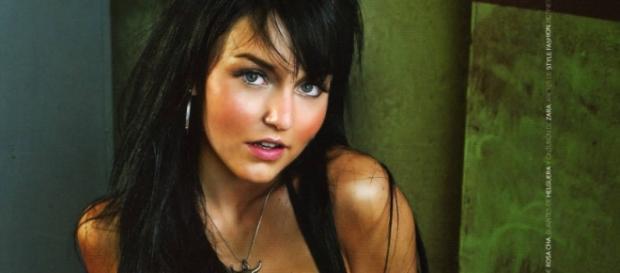 Angelique em uma das fotos para a revista.