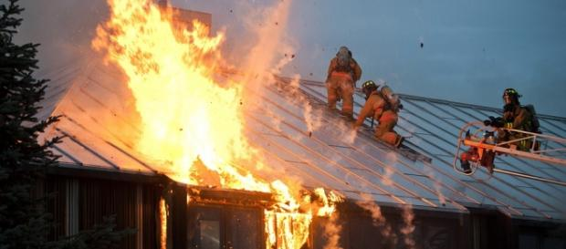 Pompieri intervenind la un incendiu