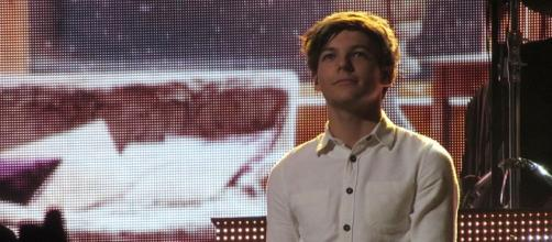 Louis Tomlinson on stage (Wikipedia)