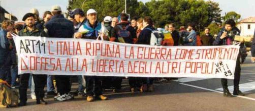 Manifestazione pacifista davanti la base di Aviano