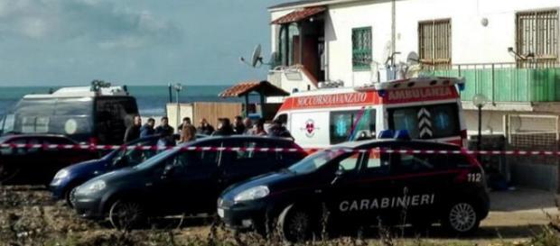 Foto della casa del delitto e dei carabinieri