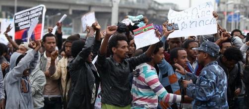 Diverse persone scese in piazza a protestare