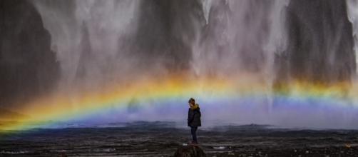 Niño viendo de cerca la cascada de Skógafoss. Foto por Marcos Bonet Alcol.