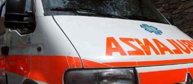 Ennesimo incidente sulla 106. Un ciclista si scontra con un'auto, muore.