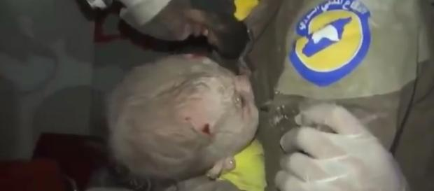 O socorrista Abu Kifah chora ao resgatar uma menina recém-nascida dos escombros de um prédio em Idlib (Crédito: YouTube/FoxReporting)