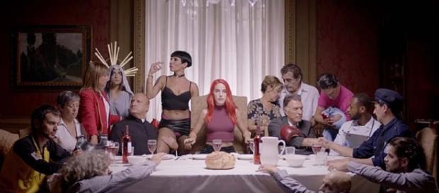 Presiendo la mesa, la actriz erótica en uno de los fotogramas del anuncio.