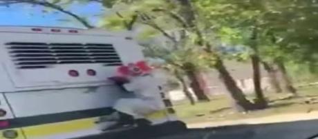 Polícia de Detroit procura palhaço que estava pendurado em ônibus em movimento (Foto: 23PACMAN23/YouTube)