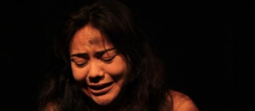Mónica (Kary Carmona) pide a sus secuestradores tiempo para rezar