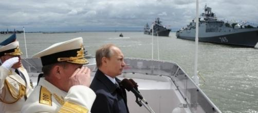 Putin junto a generales de la marina rusa.