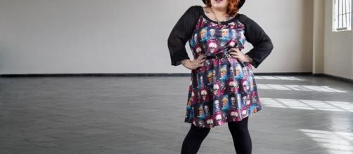 Uma mulher mostrando que nem só de pretinho basico vive uma pessoa gorda.