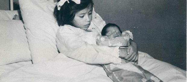 Foto de Lina Medina segurando seu filho.