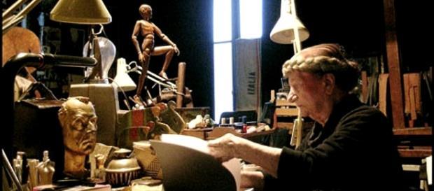 L'anziana Carol Rama durante il processo di creazione artistica