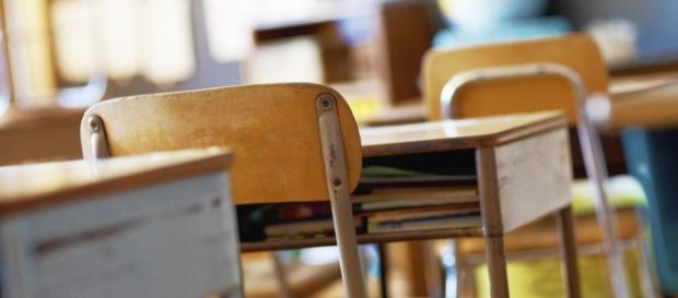Lecce: banchi scolastici e sedie mancanti durante le lezioni.