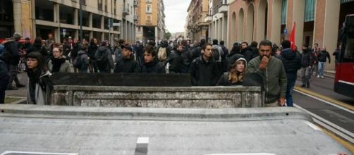Bologna, barricate degli attivisti del collettivo social log