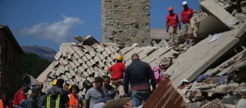 Il campanile di Amatrice fermo all'ora del terremoto.