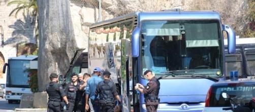 Poliziotti impegnati a far sgomberare i migranti