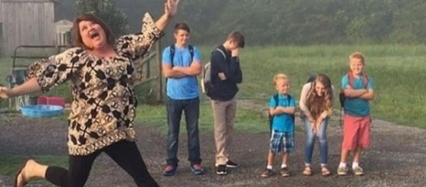 A alegria de mandar os filhos de volta para a escola é contagiante e muitos pais não conseguem esconder o que sentem.