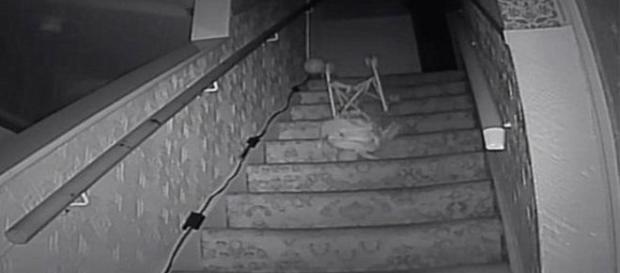 Carrinho infantil foi jogado pelas escadas por 'força invisível' (Mercury)
