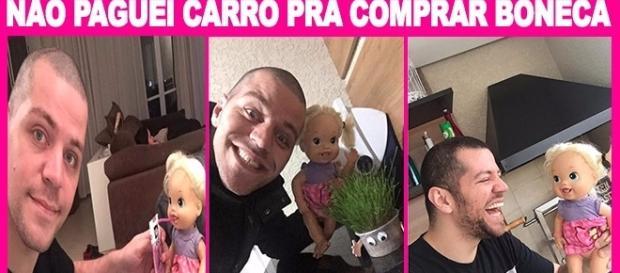 Pai adota boneca que filha rejeitou