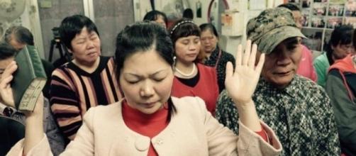 Pessoas rezando em uma pequena igreja protestante em local secreto nos arredores de Pequim, China